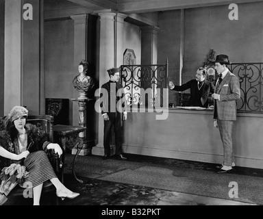 Les gens dans le hall de l'hôtel Banque D'Images