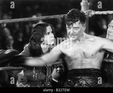 Boxer assis dans le coin d'un ring de boxe Banque D'Images