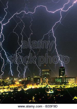 Orage, orage sur le centre-ville de Tucson Arizona USA avec de gros boulons d'éclairage dans la ville. Banque D'Images