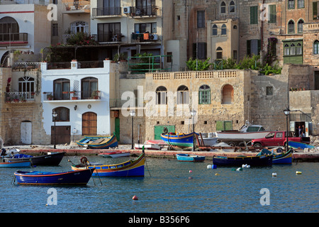 Les bateaux de pêche traditionnels de Malte (luzzu), St Julian's Bay, Malte Banque D'Images