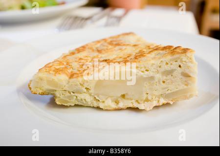 Tortilla de Patatas (Tortilla et pomme de terre). Assiette de tapas espagnoles. Banque D'Images