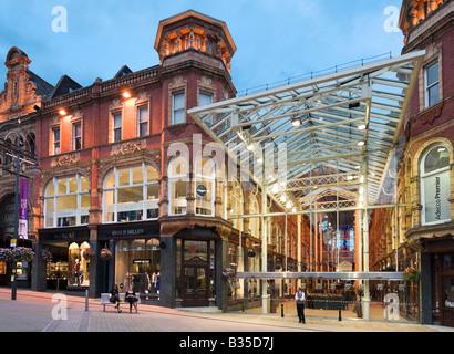 Galerie marchande dans le quartier Victoria de nuit, Briggate, Leeds, West Yorkshire, Angleterre Banque D'Images