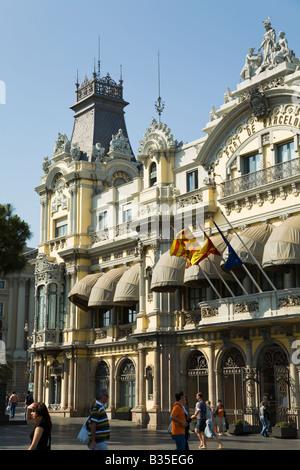 Espagne Barcelone Personnes passer devant Port de Barcelone et l'établissement waterfront drapeaux flottants sur entrée Banque D'Images