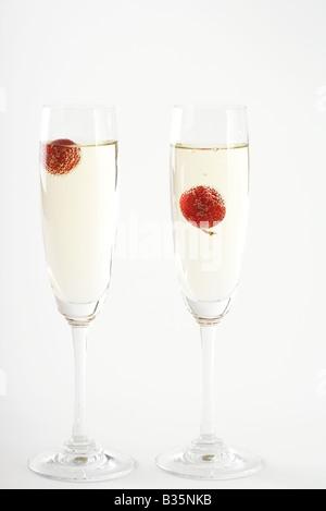 Dans les verres de champagne à la cerise