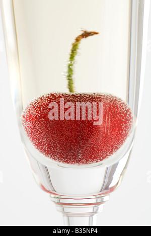 Cerise dans le verre de champagne, close-up