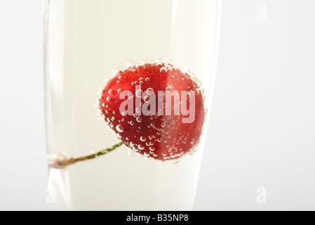 Cherry flottant dans le verre de champagne, close-up