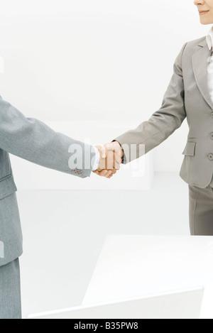 Deux associés en affaires shaking hands, portrait Banque D'Images