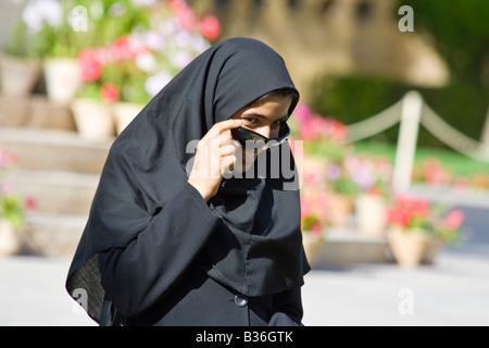 Teenage Girl iranien d'abaisser ses lunettes de soleil sur la tombe de Hafez à Shiraz, Iran Banque D'Images