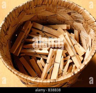 Chevilles en bois dans un panier rond Banque D'Images