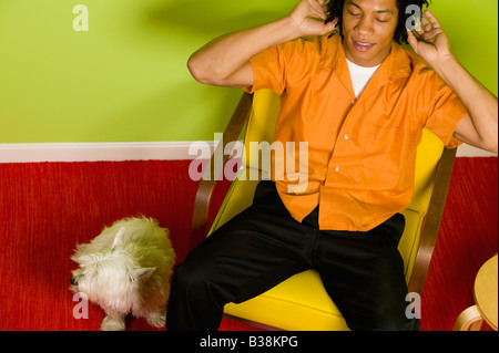 African man listening to headphones Banque D'Images