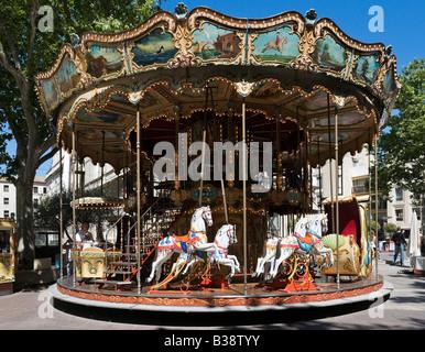 Carrousel en face de l'Hôtel de Ville, place d'Avignon, Avignon, Provence, France