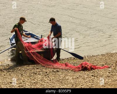 Deux travailleurs à Paxton House sur la rivière Tweed près de Berwick préparer un filet pour la pêche au saumon Banque D'Images