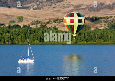Bateaux et spectateurs profiter d'une ascension de masse de montgolfières à Rocky Mountain Festival de ballons. Banque D'Images