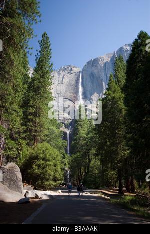 Les chutes supérieures et inférieures, Yosemite National Park, Californie Banque D'Images