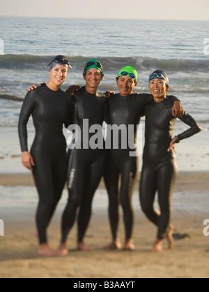 Multi-ethnic women wearing wetsuits et lunettes Banque D'Images