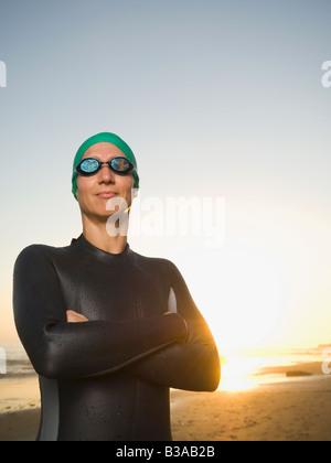 Hispanic woman wearing wetsuit et lunettes Banque D'Images
