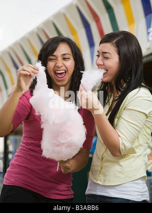 Multi-ethnic adolescentes eating Cotton Candy Banque D'Images