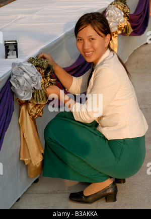 Oriental Hotel Bangkok les préparatifs d'un membre du personnel de banquet tables décoration salle de porte de l'Asie célébrations Banque D'Images