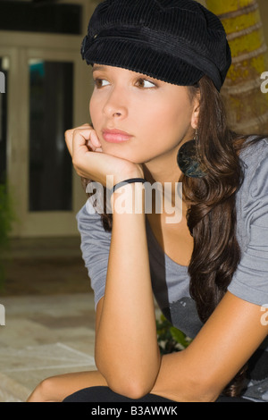 Hispanic woman resting chin on hand Banque D'Images