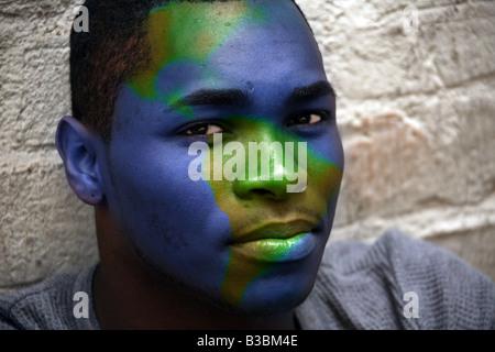 African American Male Portrait avec globe peint sur son visage Image Montage conceptuel Banque D'Images