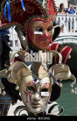 Masques de Venise sur les étals du marché, Venise. Banque D'Images