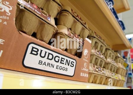 Oeufs grange en vente sur une étagère de supermarché