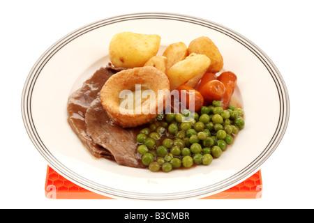 Savoureux frais rôti de Bœuf dominical britannique traditionnel dîner avec légumes isolé sur un fond blanc avec Banque D'Images