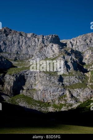 Vue générale de la Fuente de roche dans le parc national de Picos de Europa, au nord de l'Espagne Banque D'Images