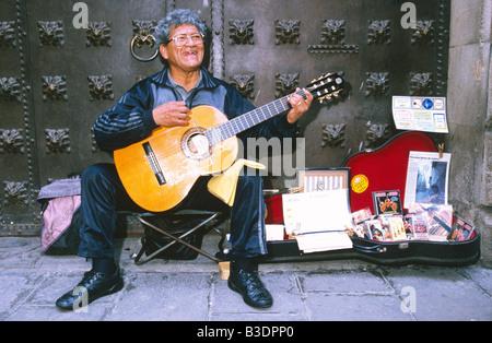 Guitariste de la rue en face de la porte, Barcelone, Espagne