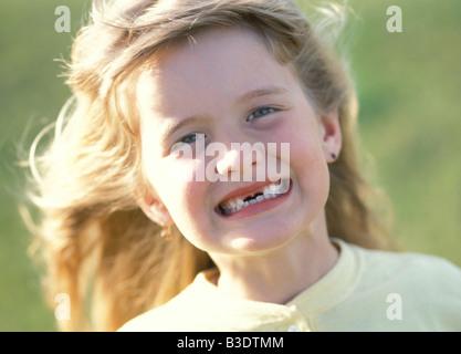Fille sans dents smiling Banque D'Images