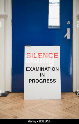 Un signe d'avertissement d'un examen en cours Banque D'Images