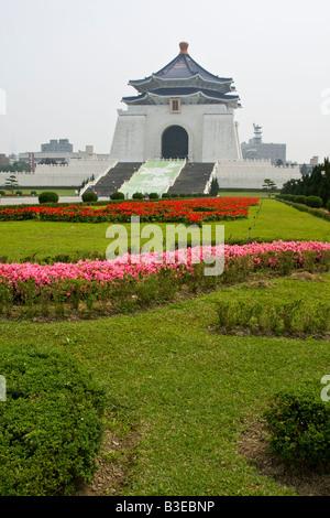 Beaux jardins avec Chiang Kai Shek Memorial Hall à l'arrière-plan Banque D'Images