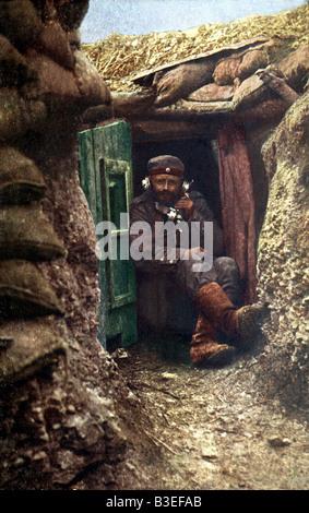 Événements, première Guerre mondiale / première Guerre mondiale, front occidental, soldat allemand avec téléphone de terrain dans une tranchée, carte postale photo, Allemagne, 1915,