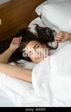 Jeune femme se réveiller
