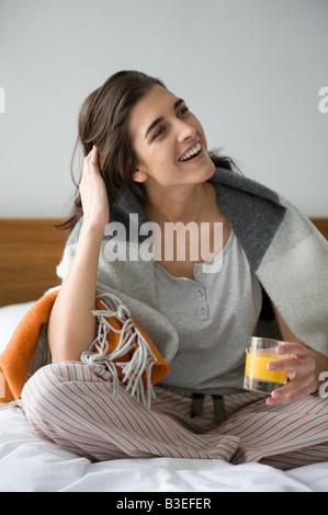 Jeune femme avec verre de jus Banque D'Images