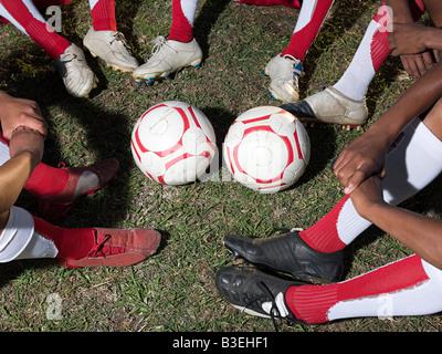 Ballons et des jambes de footballeurs