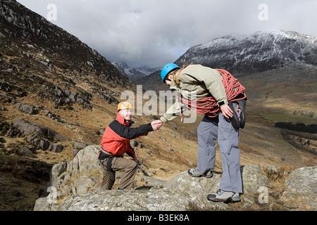 Une femme Un homme donnant un coup de main Banque D'Images