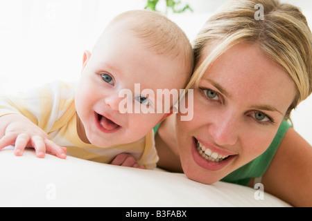 La mère et le bébé à l'intérieur smiling Banque D'Images