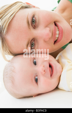 Mère et bébé couché sur marbre smiling Banque D'Images