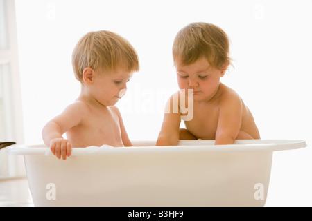Deux bébés in bubble bath Banque D'Images