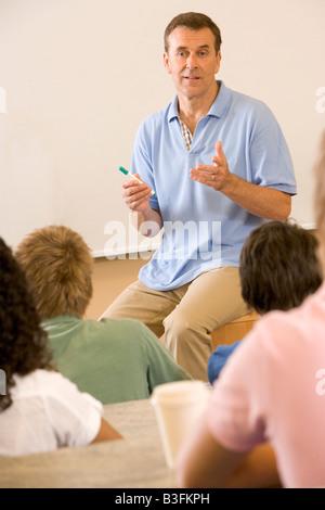 Professeur donnerait cours magistraux à des étudiants de classe (selective focus) Banque D'Images