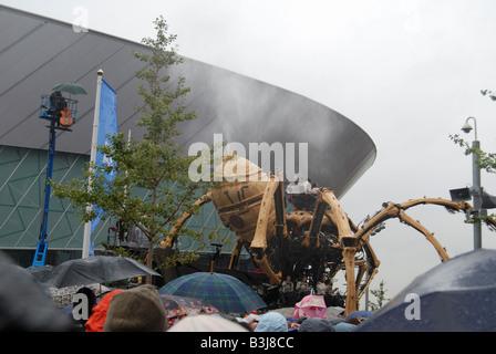 La princesse la création de François Delaroziere et la machine des giclées d'eau sur la foule à Liverpool s'Albert Dock