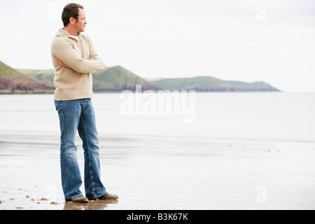 Man Standing on beach Banque D'Images