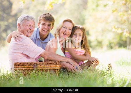 Les grands-parents d'avoir un pique-nique avec leurs petits-enfants. Banque D'Images