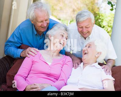 Deux femmes âgées assis dehors sur une chaise Banque D'Images