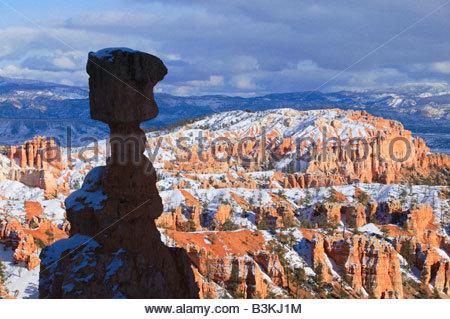 Le marteau de Thor s'oppose à la cheminées et autres formations qui composent l'amphithéâtre de Bryce Canyon dans Banque D'Images