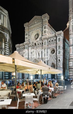 Restaurant à la Piazza San Giovanni, en face de la basilique Santa Maria del Fiore (le Duomo), Florence, Toscane, Banque D'Images