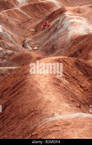 Little red girl climing Badlands Cheltenham Ontario Canada Banque D'Images