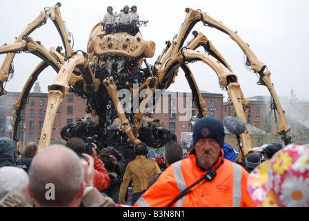 La princesse la création de François Delaroziere et la machine menace au-dessus de la foule lors d'une journée pluvieuse à Liverpool