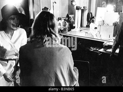 MARIANNE FAITHFUL watches The Rolling Stones recording soundtrack du film One Plus One en 1968 Banque D'Images